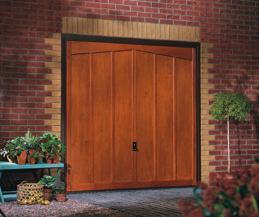 tudor-wooden-garage-door