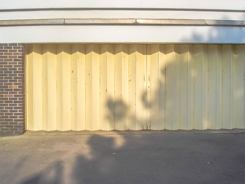 Concertina garage door